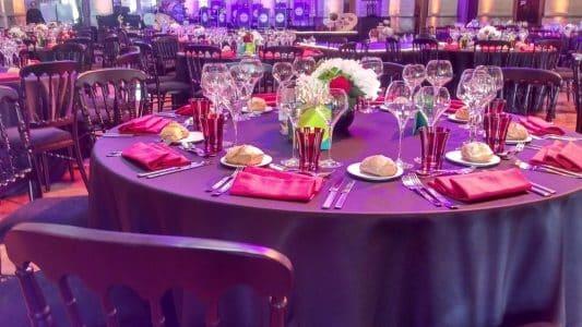 Art de la table style moderne violet.